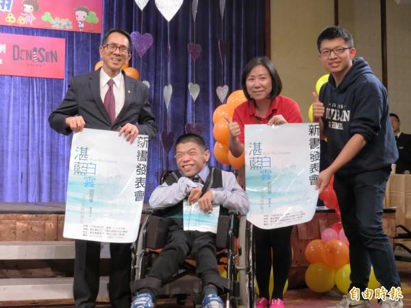 黃囿鈞(左二)在台中長榮桂冠總經理駱鴻榮(左一)陪同下發表新書「湛藍白雲的故事」。(記者張菁雅攝)