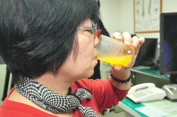 市售果汁含有高量果糖,易引發痛風。圖非當事人(記者李忠憲攝)