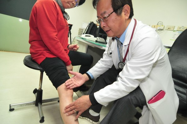 衛福部豐原醫院免疫風濕科主任胡宗慶為病人檢查膝蓋。圖非當事人(記者李忠憲攝)