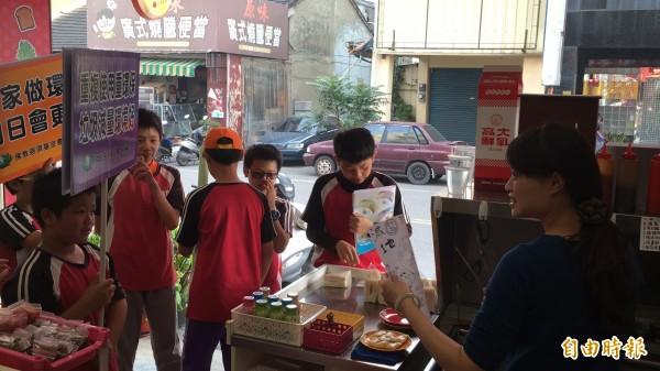 僑真國小學務主任李沛菁表示,這次活動是由學童自主發起。(記者黃淑莉攝)