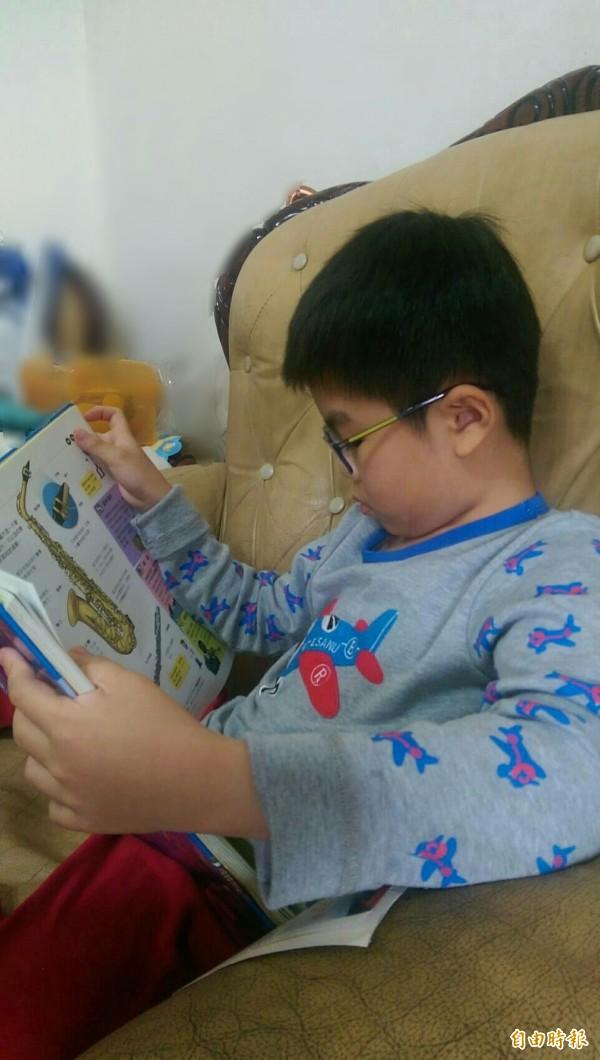 如果孩子宅在家中,容易長時間用眼過度,如平板、電腦、手機和電視等。(記者林彥彤攝)