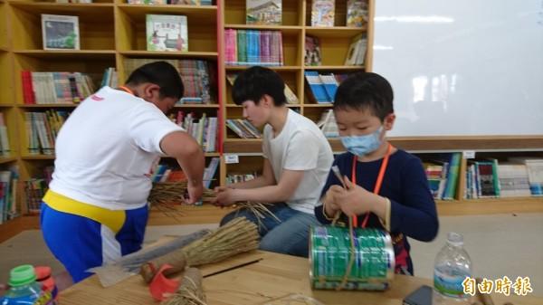 官田大崎兒童藝術圖書館帶領學童用農村裡常見的素材創作自己的樂器。(記者劉婉君攝)