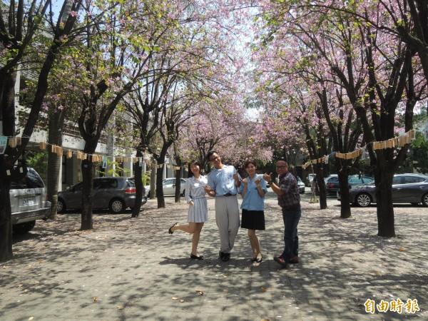 丁乃非高中三年的班導師蔡光榮(右)專程和準新人合照,開心地就像自己要嫁女兒。(記者廖淑玲攝)