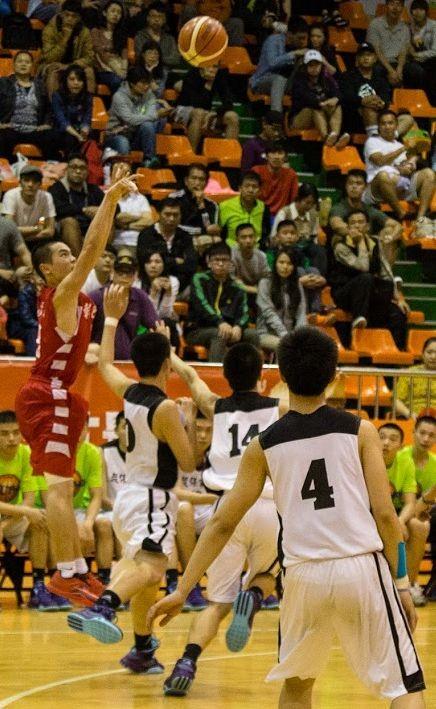 彰化高中籃球隊在球場上力拚冠軍。(圖由彰化高中提供)