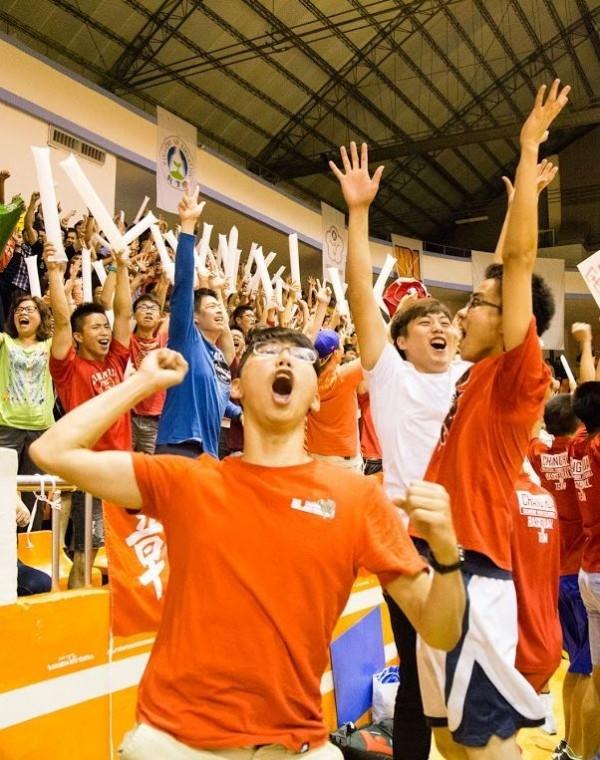 彰化高中籃球隊奪冠之後,加油團瘋狂叫喊。(圖由彰化高中提供)