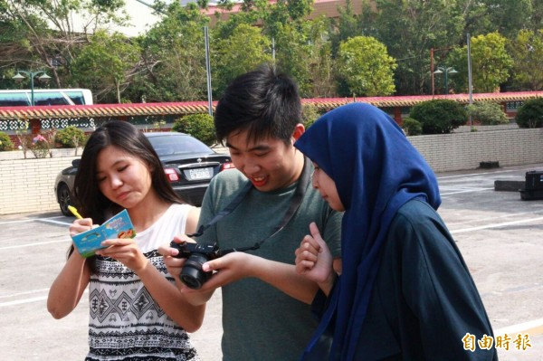 劇中男、女主角朱京城(中)、陳仙麗(友)、邱敏雅(左)是來自中國、印尼及台灣的台首大學生。(記者楊金城攝)