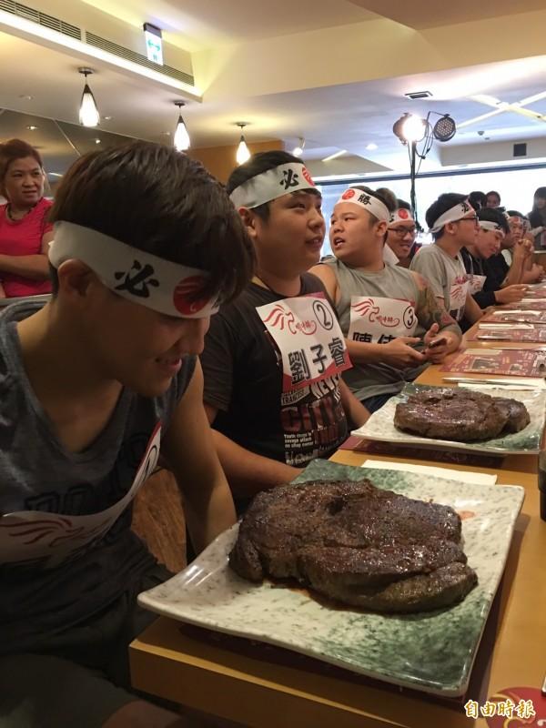 新竹市一家牛排店舉辦大胃王比賽,參賽者躍躍欲試。(記者洪美秀攝)