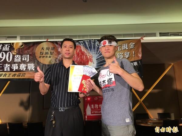 新竹市一家牛排店舉辦大胃王比賽,參賽者要在一小時內吃完90盎司牛排,最後由新北市呂杰修(右)以14分51秒完封其他選手。(記者洪美秀攝)