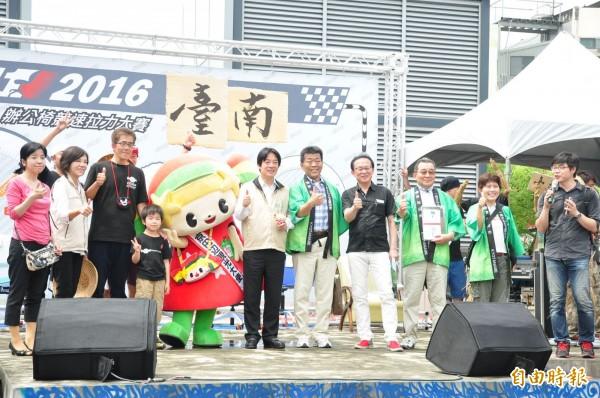 日本京都京田邊市派出選手與觀光大使參加台南辦公椅滑行拉力賽。(記者王俊忠攝)