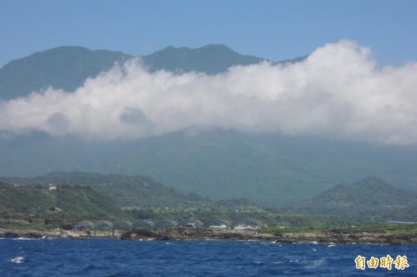 到台東賞鯨豚,還可從海面上欣賞三仙台好風光。(記者張存薇攝)