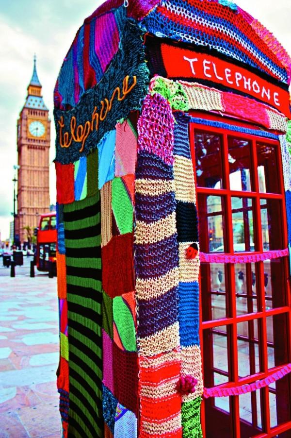 城市編織,英國倫敦Knit the City組織的作品,將當地著名的紅色電話亭毛線轟炸,背景還有大笨鐘襯托。(圖片擷取自網站AMITOURS)