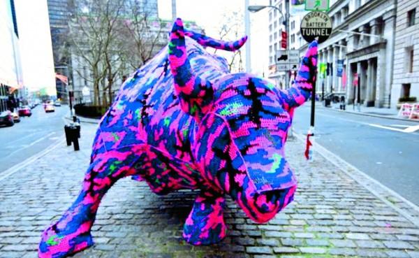 雕像編織,來自藝術家Olek2010年的作品,地點在美國紐約市華爾街附近,將著名的銅質公牛雕像毛線轟炸。(圖片擷取自網站http://culturereport.wordpress.com/)