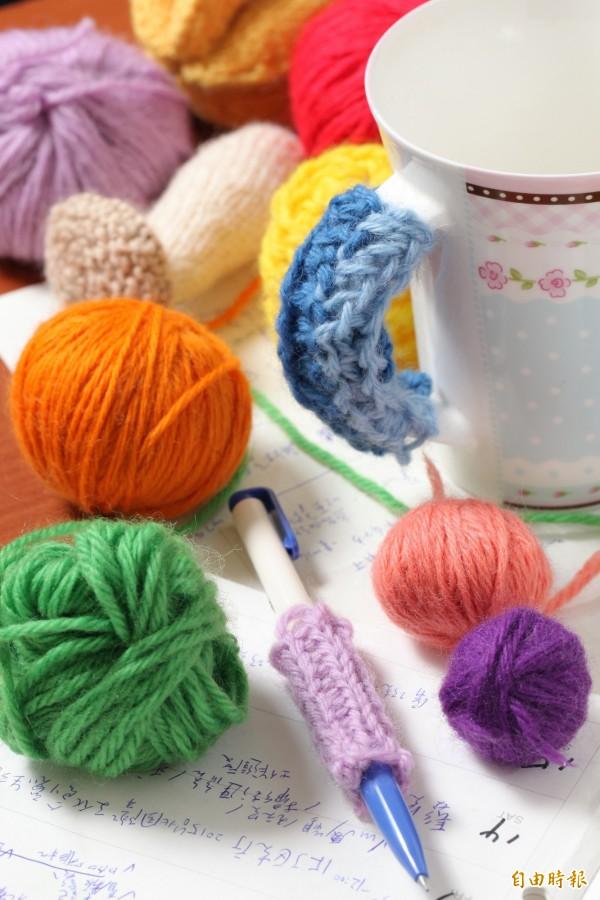 透過簡易的手指編織DIY,就能在家中毛線轟炸原子筆和馬克杯手把!(記者沈昱嘉攝)