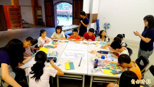 「萬華社區小學」將於暑假開辦「小小社區規劃夏令營」,讓小朋友體驗社區生活。(記者鍾泓良攝)