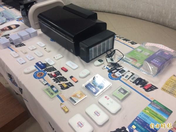 警方查獲銀聯卡、行動電話(含電子錢包)、帳冊、存簿、網路銀行U盾、偽造銀聯卡等贓證物。(記者邱俊福攝)