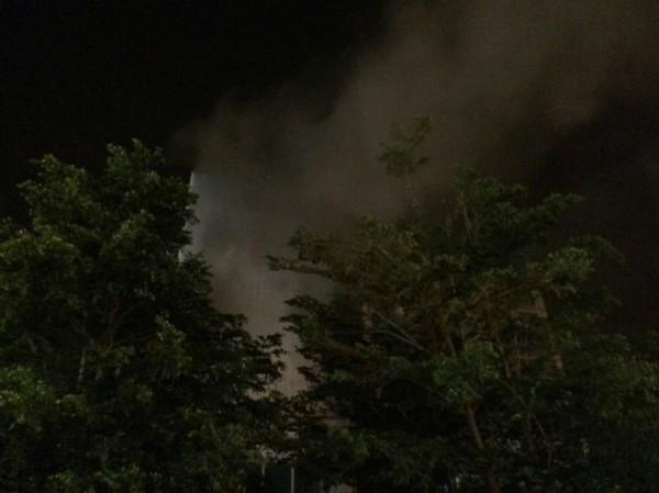 埔心車站發生火警,濃濃黑煙直竄天際。(記者周敏鴻翻攝)