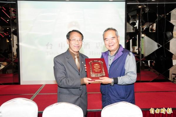靜宜大學校長唐傳義(左)與台中港酒店簽訂產學合作備忘錄。(記者張軒哲攝)