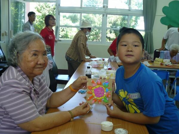 屏東樂智據點設小學,老幼共學很溫馨。(圖由屏東市民眾醫院提供)
