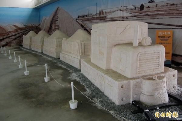 台南一見雙雕的七股鹽雕。(記者楊金城攝)