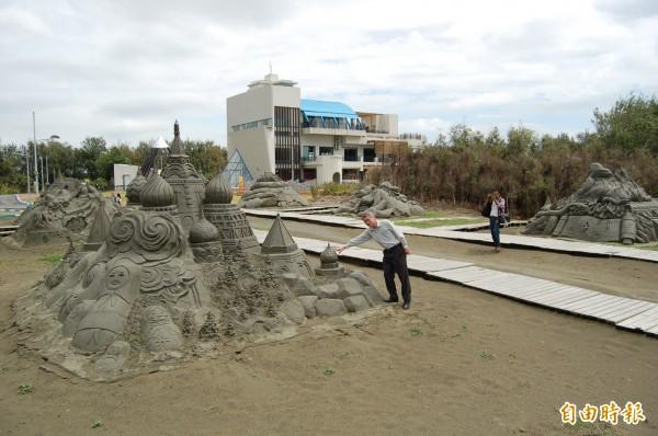 台南一見雙雕將軍馬沙溝沙雕。(記者楊金城攝)