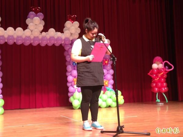 活動致詞代表由心智障礙學員袁家筠擔任,她口齒清晰,速度掌握得宜。(記者楊綿傑攝)