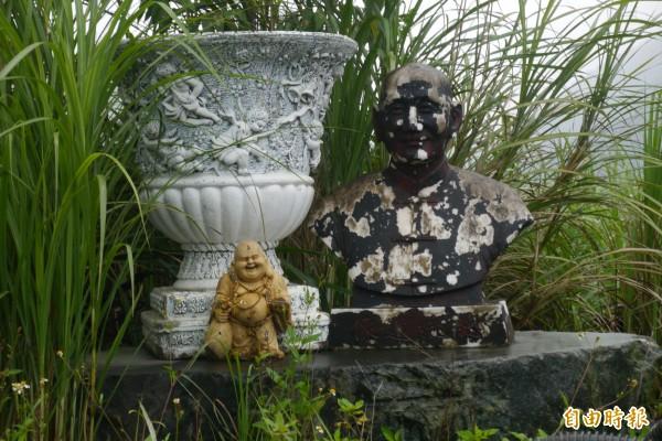 花蓮縣環保局突擊稽查非法土資場,驚見昔日蔣公銅像也被丟置一旁。(記者王峻祺攝)