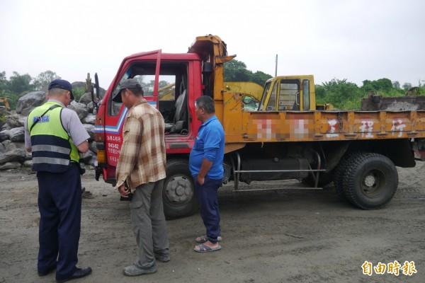 稽查過程中剛好駛入兩台空砂石車及卡車,警方上前攔查,司機卻辯稱「我只是來找工作」。(記者王峻祺攝)