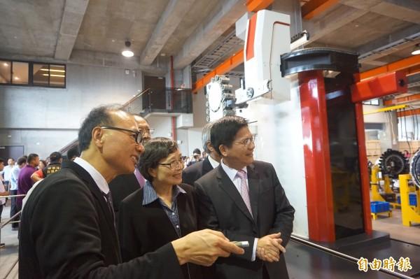 吉輔企業董事長興榮(左一)向葉菊蘭及台中市長林佳龍等解說該廠生產的刀庫。(記者歐素美攝)