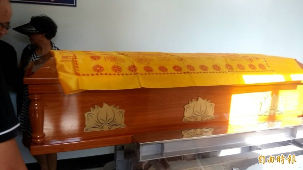 鄭捷遺體入棺等待送進羽昇館火化。(記者周敏鴻攝)