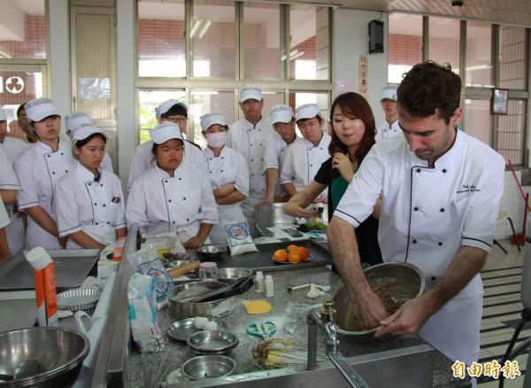 布萊斯.德柏科跟學生表示要用手去感受食物的溫度。(記者陳冠備攝)