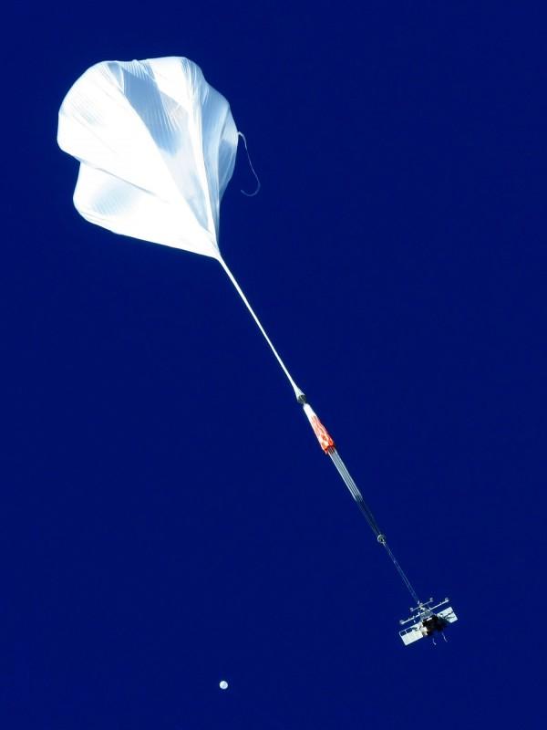 康普頓成像光譜儀在台灣時間5月17日上午剛升空後的照片。(圖由清大提供)