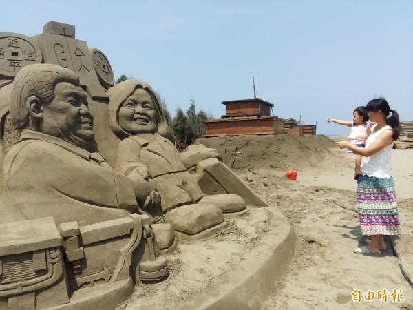台灣第一位女總統蔡英文明天就職,「2016一見雙雕藝術季」安排蔡習會正式亮相,有遊客先睹為快。(記者王涵平攝)