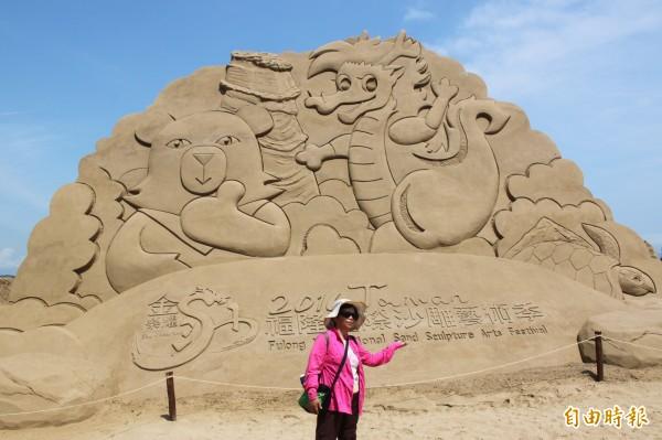 福隆沙雕季即日起到7月10日在福隆海水浴場展出。(記者林欣漢攝)