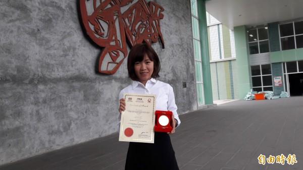 東專女生黃茟熙以「風力式灌溉系統」獲得馬來西亞發明展金牌。 (記者黃明堂攝)