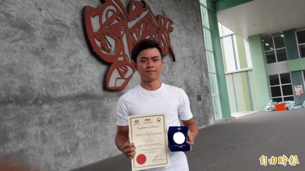 東專學生蕭偉丞在馬來西亞發明展奪銀牌。(記者黃明堂攝)