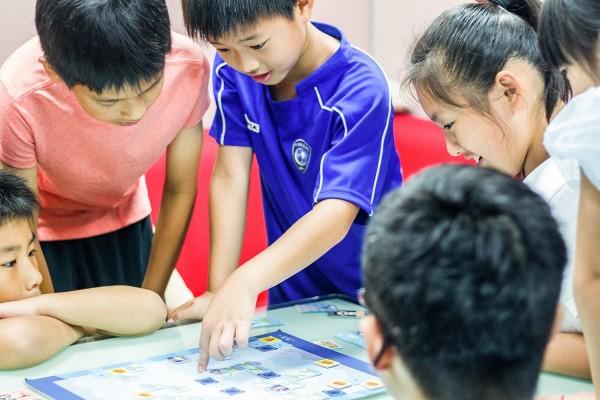 交大生自製的程式教育桌遊「海霸」,已在多所國小完成測試。(程式老爹提供)