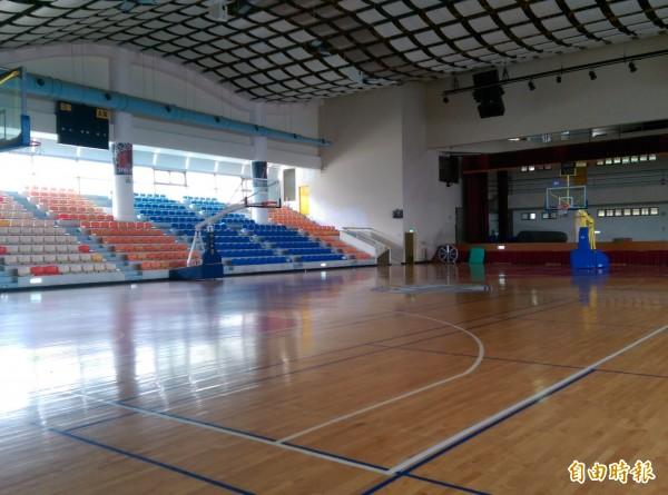 泰山體育園區籃球場場地,是園區內最熱門的設施,提供學校團體租用訓練或辦活動。(記者葉冠妤攝)