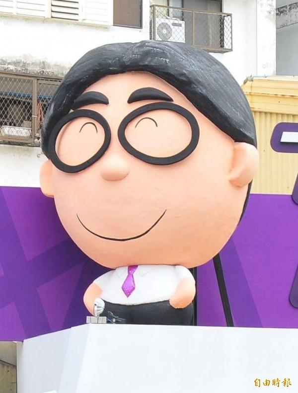 田智宣競選連任時,可愛的微笑老田公仔。(記者花孟璟攝)