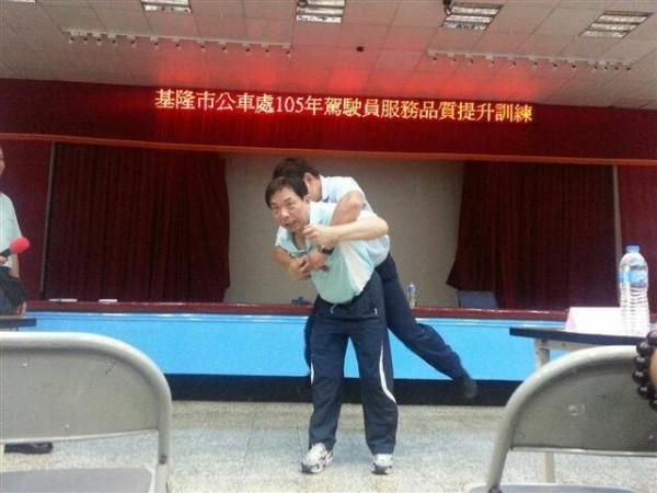 婦幼隊組長黃垂郎(前方被環抱者)利用自己40多年的經驗,教導公車運將如何防狼。(記者吳昇儒翻攝)