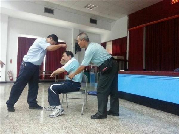 婦幼隊組長黃垂郎教導司機如何保護乘客對抗色狼。(記者吳昇儒翻攝)