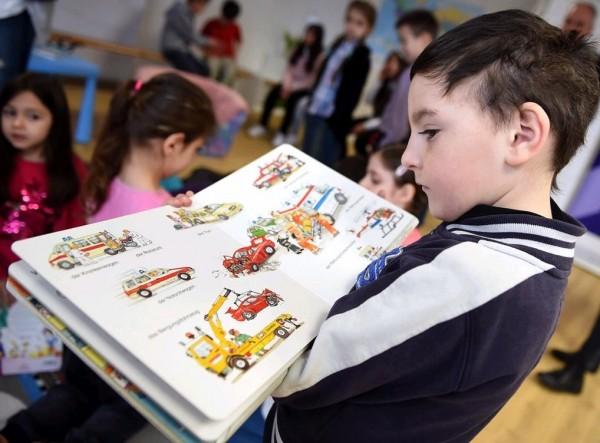根據義大利帕多瓦大學(University of Padua)的最新研究,孩子若從小浸淫在書本之中,長大後非但不會變成書呆子,在經濟收入上反而高於常人。(歐新社)