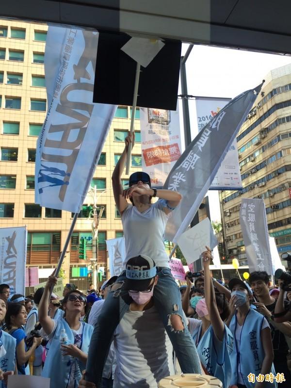 激動群眾甚至將宣戰紙張貼到華航招牌上。(記者楊綿傑攝)