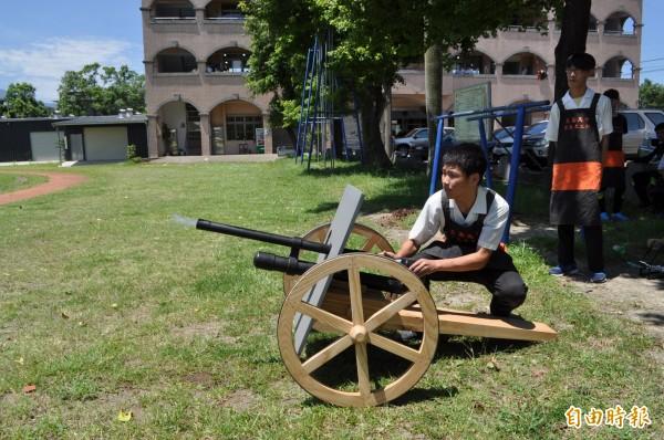 「步兵砲」作品非常吸睛。(記者周敏鴻攝)