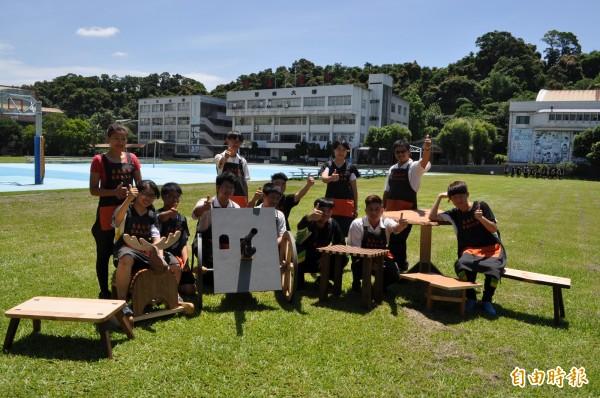 至善高中家具木工科師生作品,受邀參加台台灣傳統家具博覽會。(記者周敏鴻攝)
