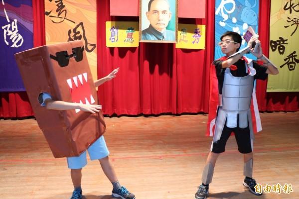北園國中一年級生使用環保回收物創意走秀,學生COSPLAY多魔君等卡通、動漫人物,讓人驚呼有創意。(記者王善嬿攝)
