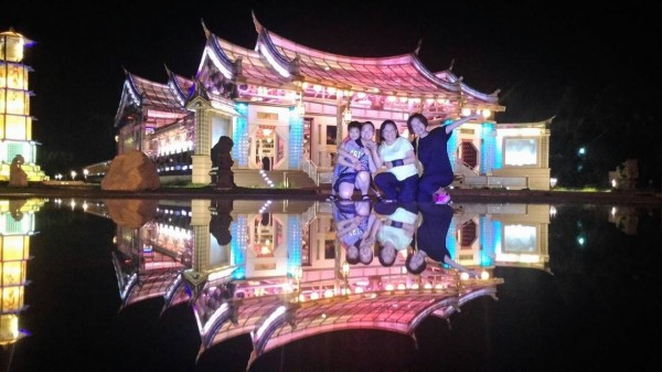 旅客們在五光十色的台灣玻璃廟前留影。(遊客邱麗琴提供)