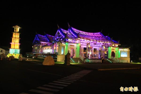 台灣玻璃廟入夜後光彩奪目,連日本人都專程搭機台拍攝。(記者陳冠備攝)