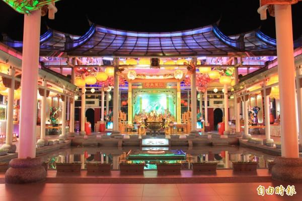 台灣玻璃廟外觀與內部陳設皆以全玻璃打造,入夜後配上七色霓虹燈更是光彩奪目。(記者陳冠備攝)