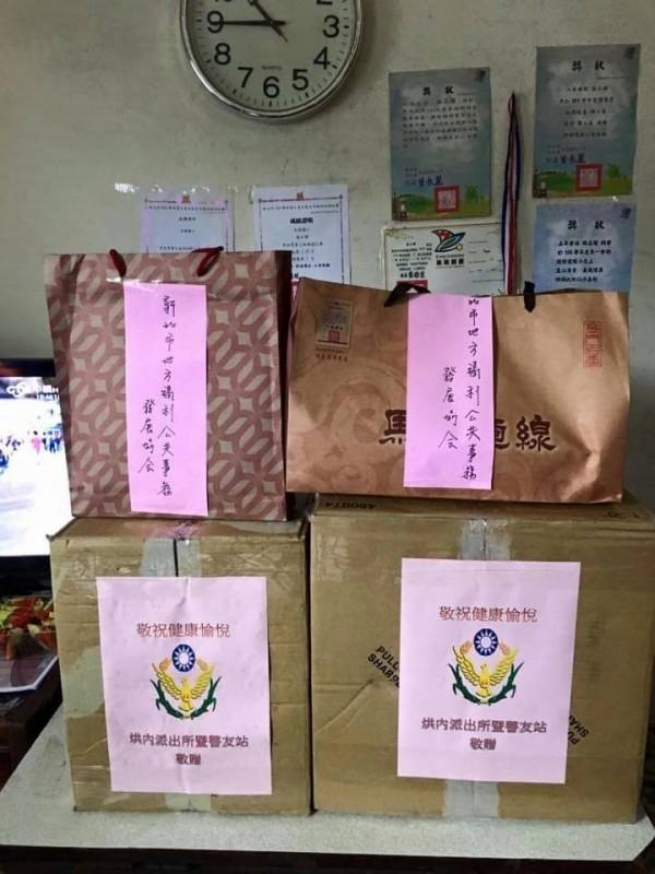 所長楊幼暉先請警友站發送物資給需要的民眾。(記者吳昇儒翻攝)