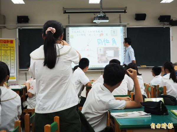 桃園區大有國中邀請台北市懷生國中教師洪宗平到校,利用「智慧助教」進行數學科教學觀摩。(記者陳昀攝)